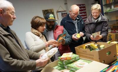 Vincentius stelt kerstpakketten samen