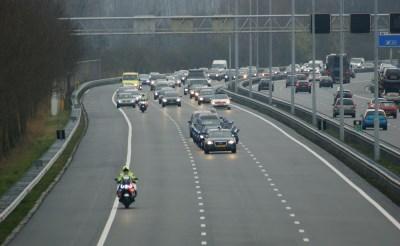 Applaus klinkt bij passeren rouwstoet MH17