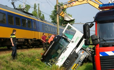 Truck belandt in sloot Kapelweg