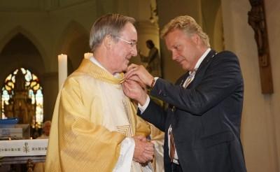 Erepenning Boxtel voor pastor Richard Niessen