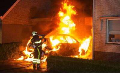 Auto brandt uit aan Villa Romana