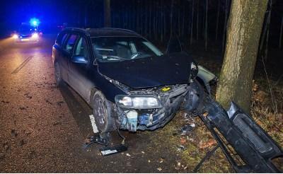 Dronken automobilist botst tegen boom