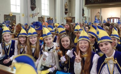 Prins Primus deelt communie uit bij Liempdse carnavalsmis