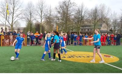 Kinderen eren Cruijff op Cruyff Court