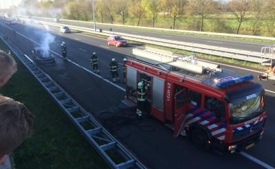 Auto brandt volledig uit op A2