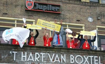 Balkonhuldiging voor kampioenen Angelaschool