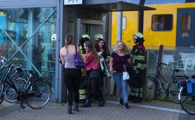Brandweer bevrijdt jongeren uit stationslift