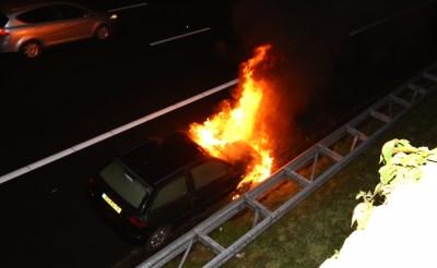 Auto brandt uit op A2