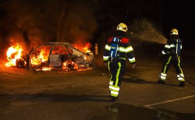 Auto brandt uit in Molenwijk