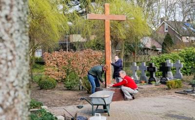 BHC-leerlingen restaureren eiken kruis