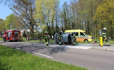 Auto op zijn kant op Brederodeweg