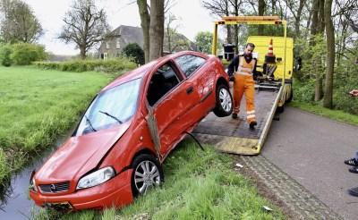 Auto raakt van de weg in Esch