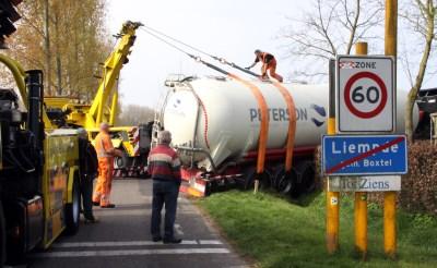Vrachtwagen belandt in sloot