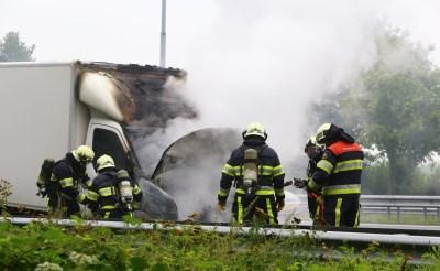 Vrachtwagen brandt uit op A2