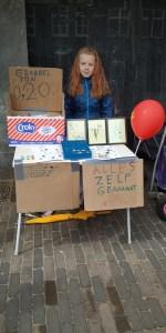 Fientje (9) verkoopt zelfgemaakte spulletjes op de Kindervrijmarkt