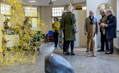Huub Thorissen leidt bezoekers expositie Henk Visch rond