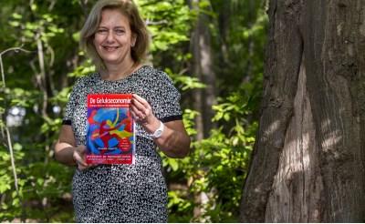 Boxtelse Alexandra presenteert boek De Gelukseconomie