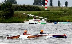 Zonneboten BHC en JRL varen race in Heusden