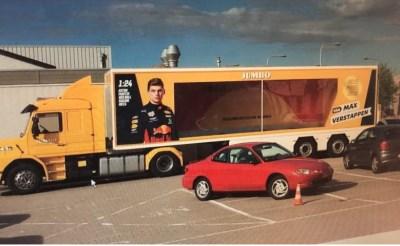 Auto Max Verstappen bij supermarkt Jumbo in Boxtel
