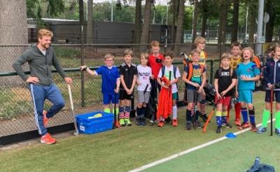 Doelpuntenmachine Mink van der Weerden traint hockeyjeugd MEP