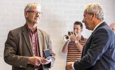 Boxtel reikt penning uit aan Albert van Dijk