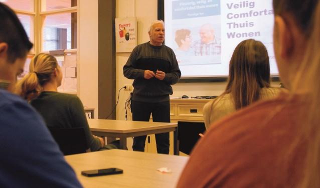Harry van Deelen verzorgt een gastcollege op het Pax Christi College.