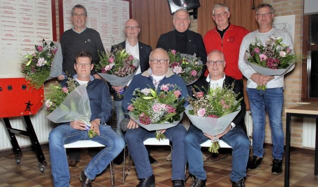 Harry Postulart, Gerard van Woerkom, Rob Lowiessen, Hans Berendsen en Jan Megens, Zittend van links naar rechts: Arie Beijer, Toon Kupers en Wim Bull.
