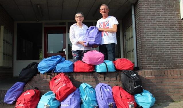 Vrijwilligers van Stichting Leergeld2stromenland met de zomerpretpakketten.