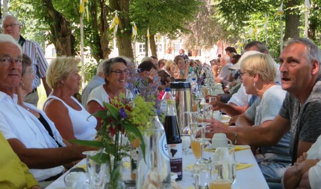 De lunch op oprijlaan Kasteel Hernen.