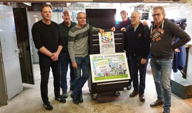 Ondernemer Marcel Diks(links) met de vrijwilligers van het Repair Café Beuningen. Van links naar rechts: Marcel Diks, Sjaak Geurts, Henk Struike, Fred Gelsing, Henk Vierboom en Andre van Ekeren
