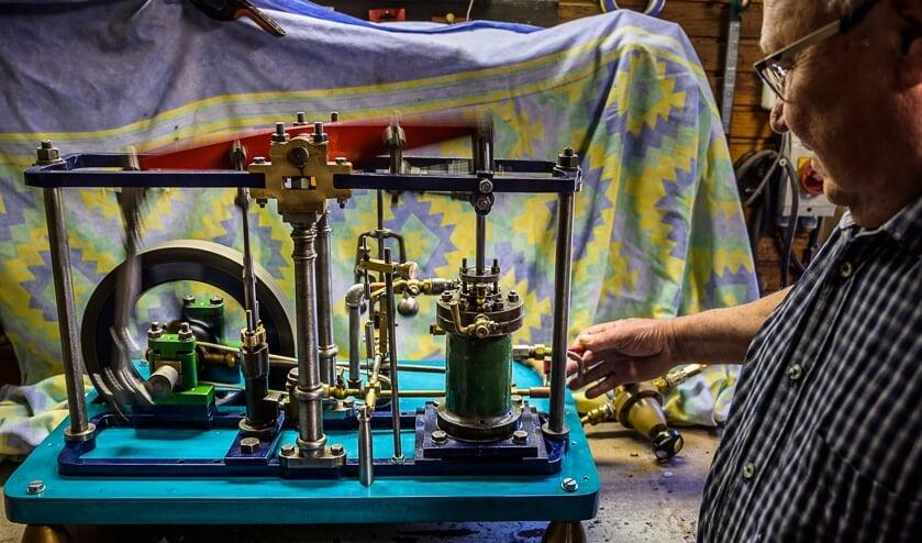 Henk Buiteman met de gerestaureerde modelstoommachine.
