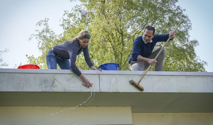 Coördinator Marvin Glasius en Patula Kolvenbach maken het pand gereed.
