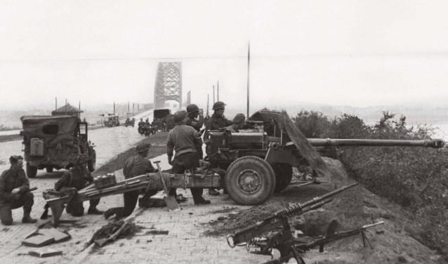 Geallieerde soldaten bij de Waalbrug.
