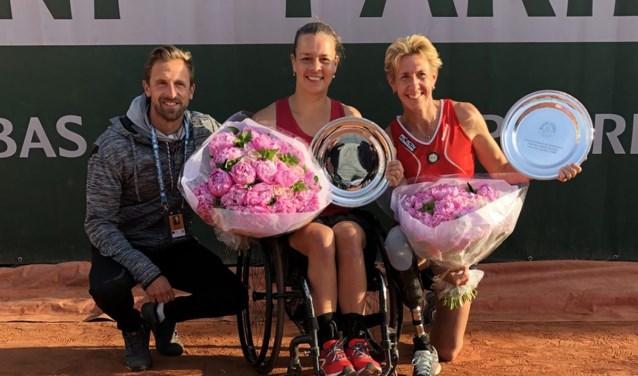 Marjolein Buis (midden) met haar coach Wouter Kropman (links) en dubbelpartner Sabine Ellerbrock (rechts) na de dubbelspelfinale.