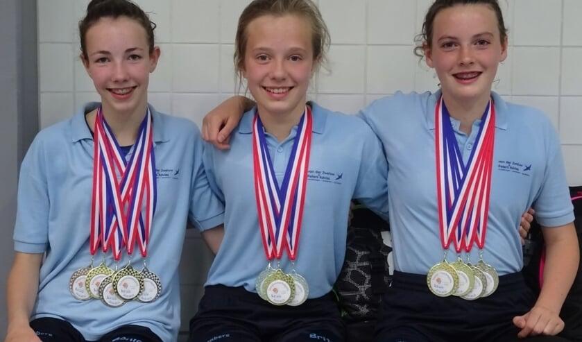 Monique van Hulst, Britt van der Pol en Femke Lamberts met hun medailles.