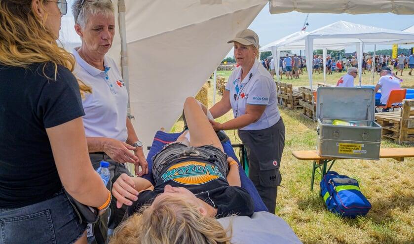 Twee Rode Kruis vrijwilligers aan het werk tijdens het Oafers Weekend.