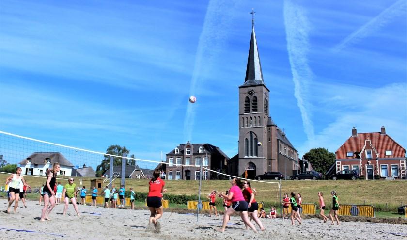 Het volleybaltoernooi vond vorig jaar nog plaats op zand.