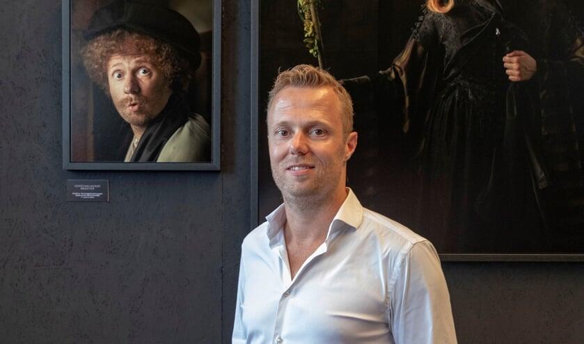 Dennis Hoogendoorn bij zijn portret als Rembrandt.