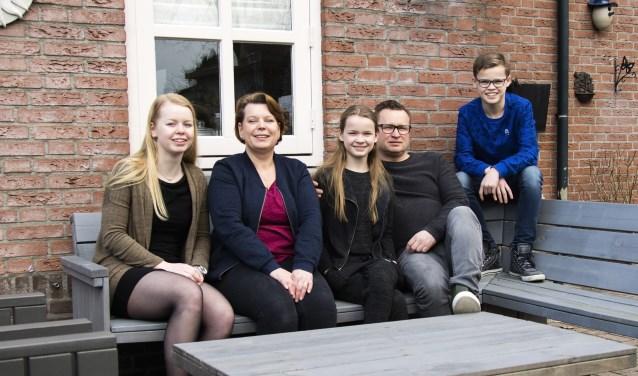 V.l.n.r. Vera, Jacqueline, Lisa, Frank en Sam  | Fotonummer: bd8643