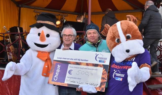 De overhandiging van de cheque aan voorzitter René van Eck van SamenLoop voor Hoop  | Fotonummer: 5d835c