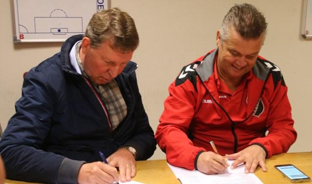 Ondertekening van het contract door voorzitter Frank van Campfort (l) en Jeroen van der Schoot (r)  | Fotonummer: 89e7c8