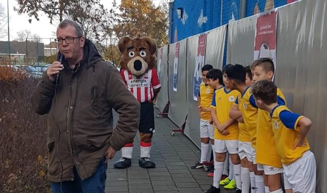 Wethouder Looijmans samen met mascotte Phoxy en de jongens van Braakhuizen United  | Fotonummer: c5c2b2