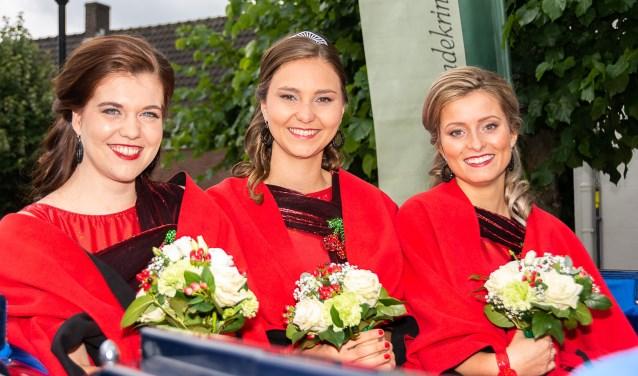 Kersenkoningin Michelle te midden van haar hofdames Irene (l) en Lieke (r)   | Fotonummer: 9f39f4