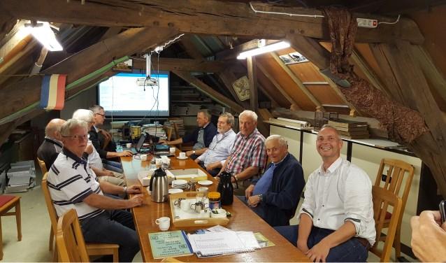 Hans Klink op de voorgrond en Theo de Groof in het midden aan de rechterkant van de tafel op de zolder in het Oude Raadhuis    Fotonummer: d62059