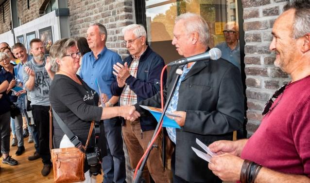 De winnares Elly van den Heuvel ontvangt haar prijs uit handen van wethouder Rob van Otterdijk, rechts kijkt juryvoorzitter Huibert van der Meer toe  | Fotonummer: bca977