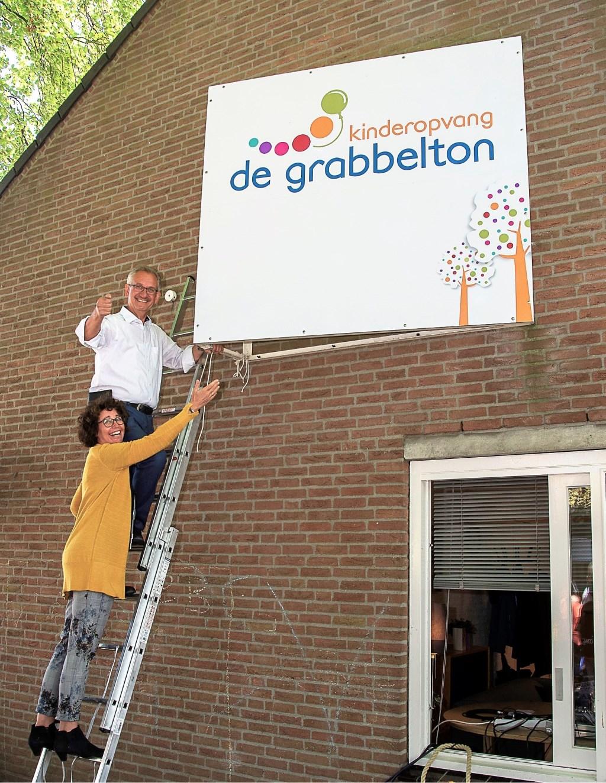 René en Henriëtte Schrander onthullen het nieuwe logo  | Fotonummer: 3ce2a4