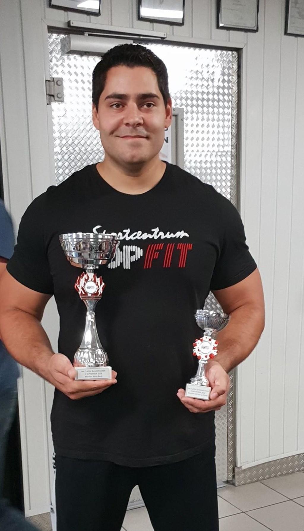 Younes met zijn twee behaalde prijzen Foto: Ingezonden © deMooigeldropmierlokrant