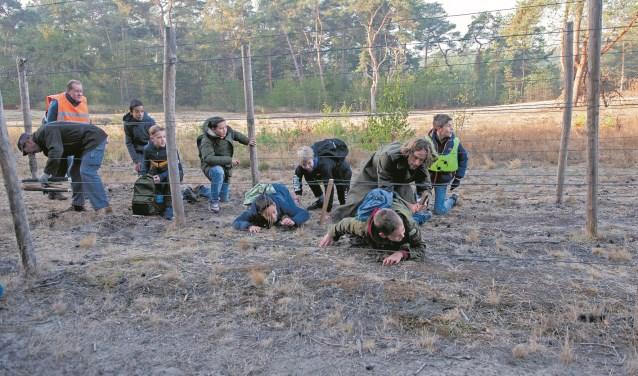 Afgelopen dinsdagochtend mochten leerlingen zelf ervaren hoe het vroeger was om te smokkelen en door de dodendraad heen te kruipen, foto: Jos Meusen.