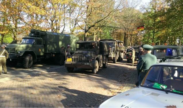 Nederlandse voertuigen passeren de Oost-Duitse grenspost