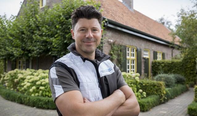 Ruben van der Kruis voor het wijnhuis in Weert.
